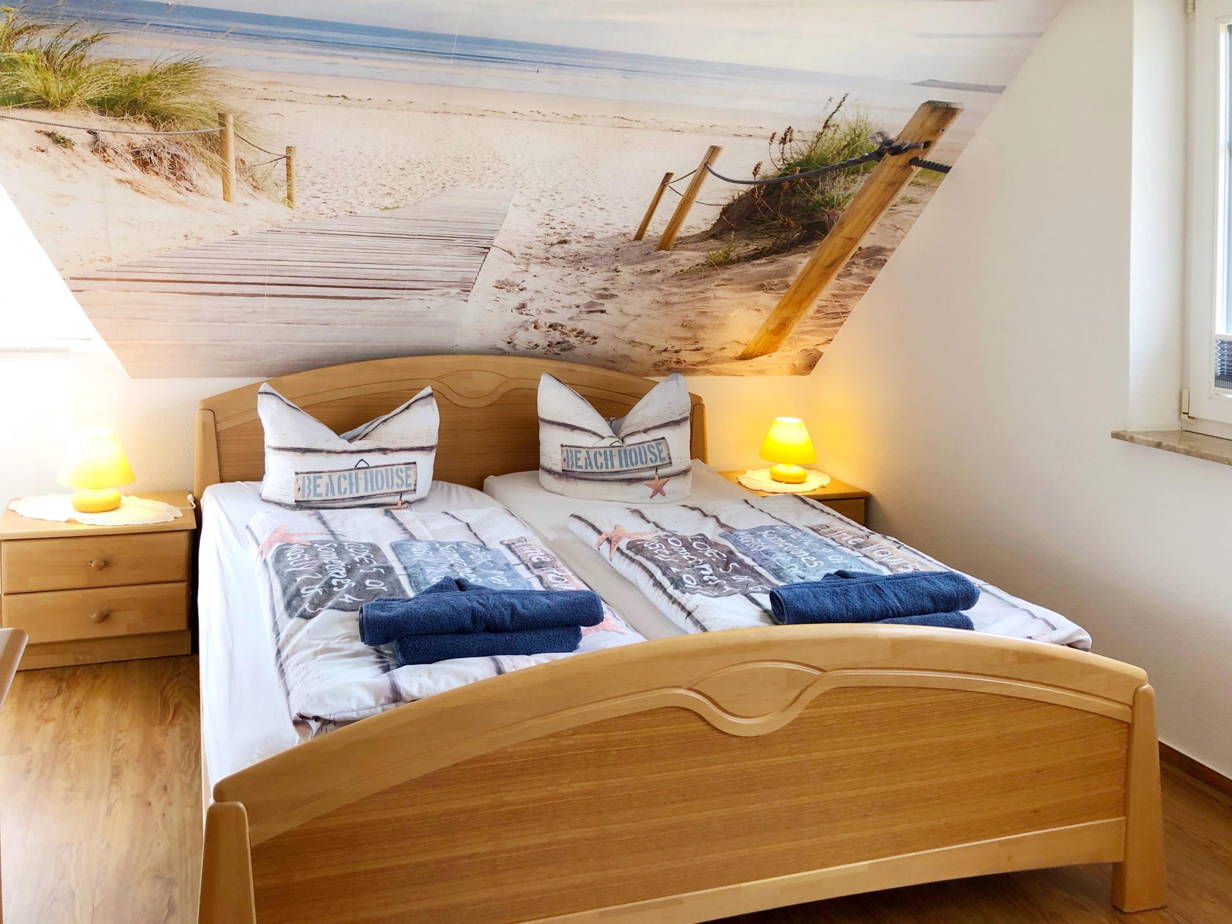 1. Schlafzimmer mit Doppelbett und großem Kleiderschrank