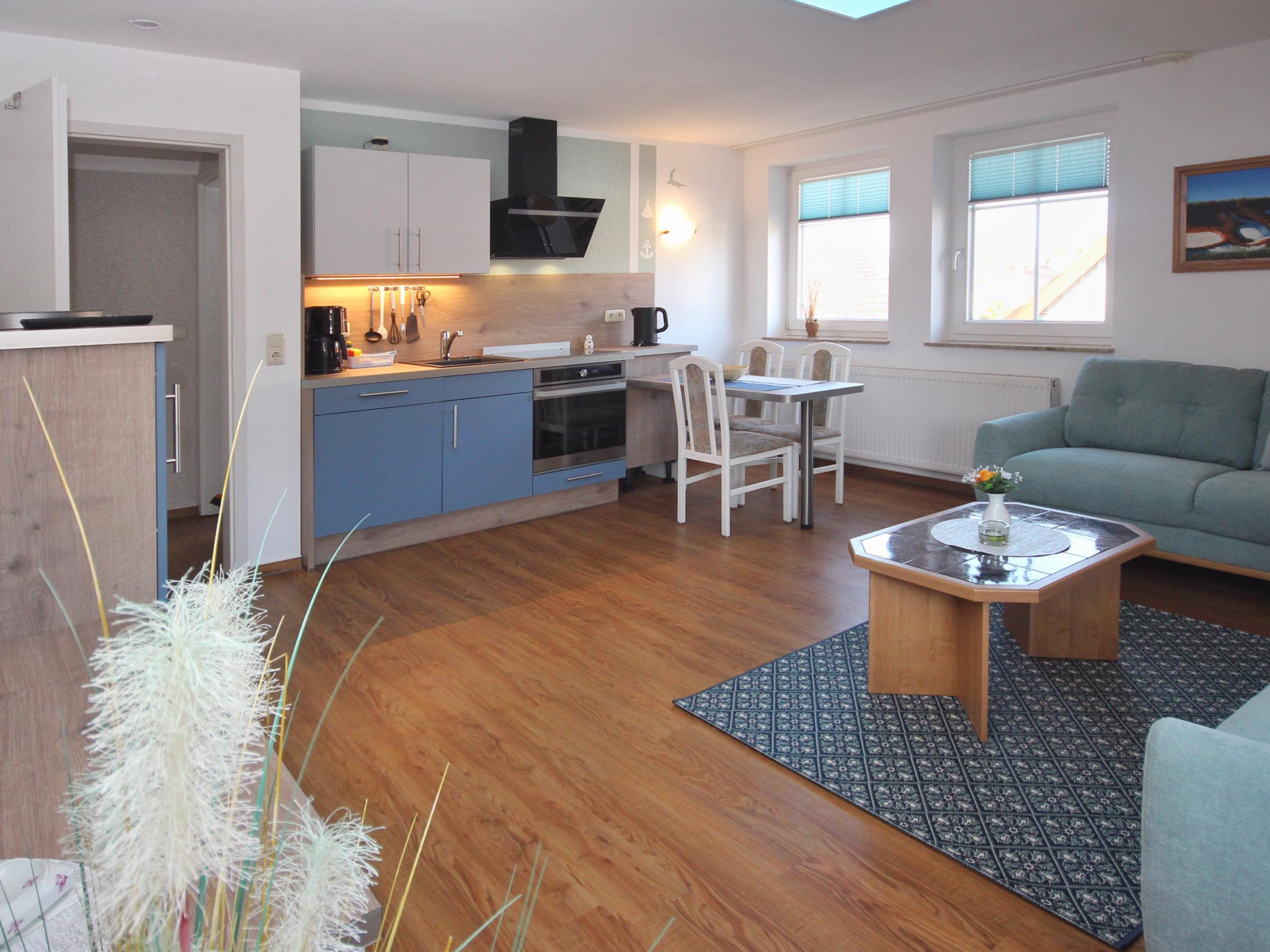 Wohn- und Essbereich mit moderner Einbauküche