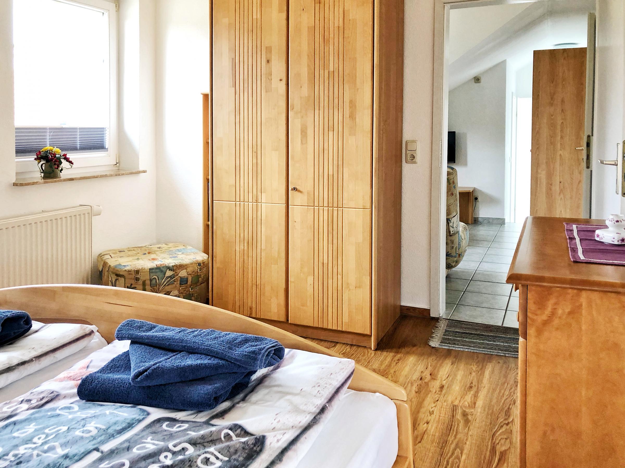 1. Schlafzimmer: großer Kleiderschrank