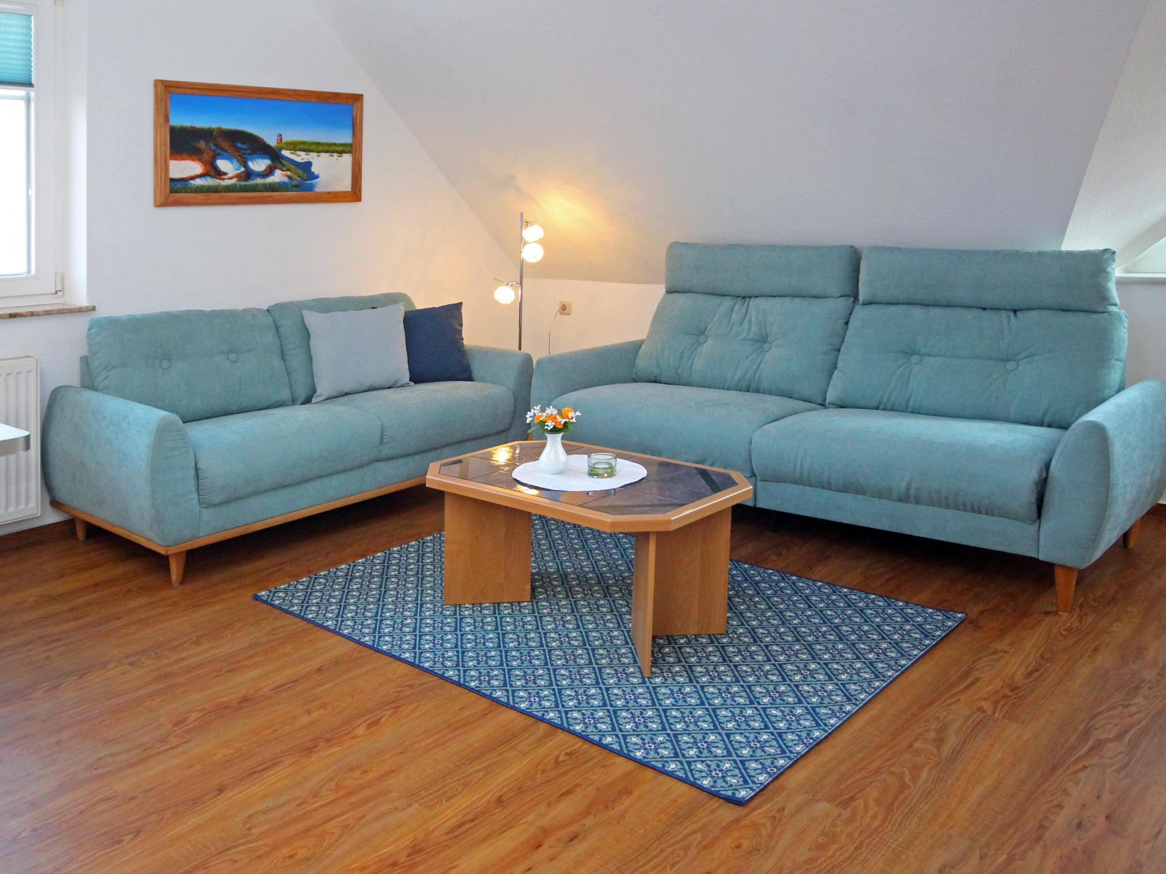 Nach dem Strand relaxen! Ein Knopfdruck genügt und das große Sofa wir zur komfortablen Liegefläche.