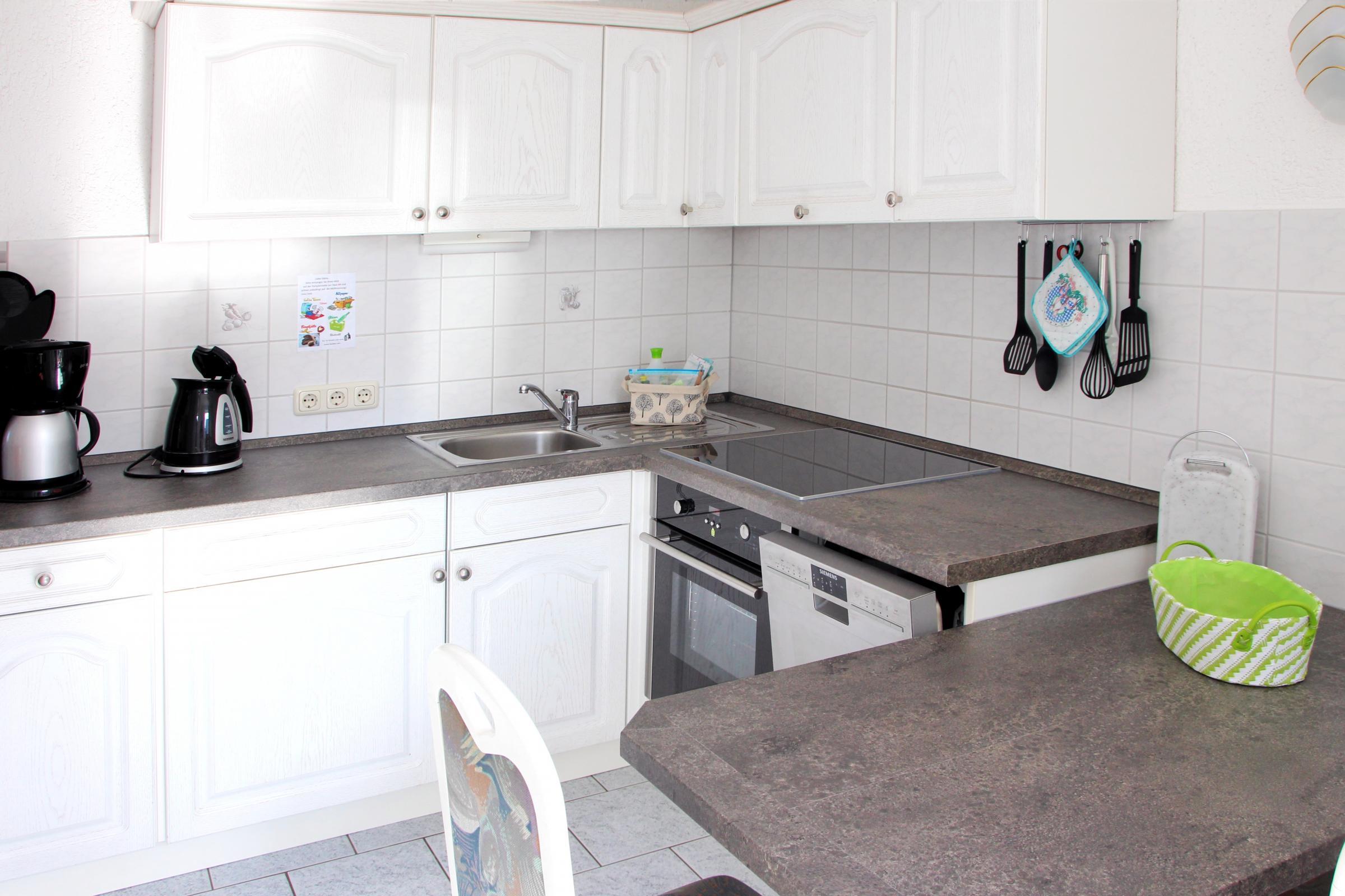 Neue Küche mit Geschirrspüler und Backofen / Induktionsherd
