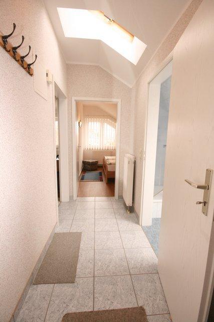 Eingangsflur - mit Türen zum Wohnziimmer, Schlafzimmer und Dusche / WC.