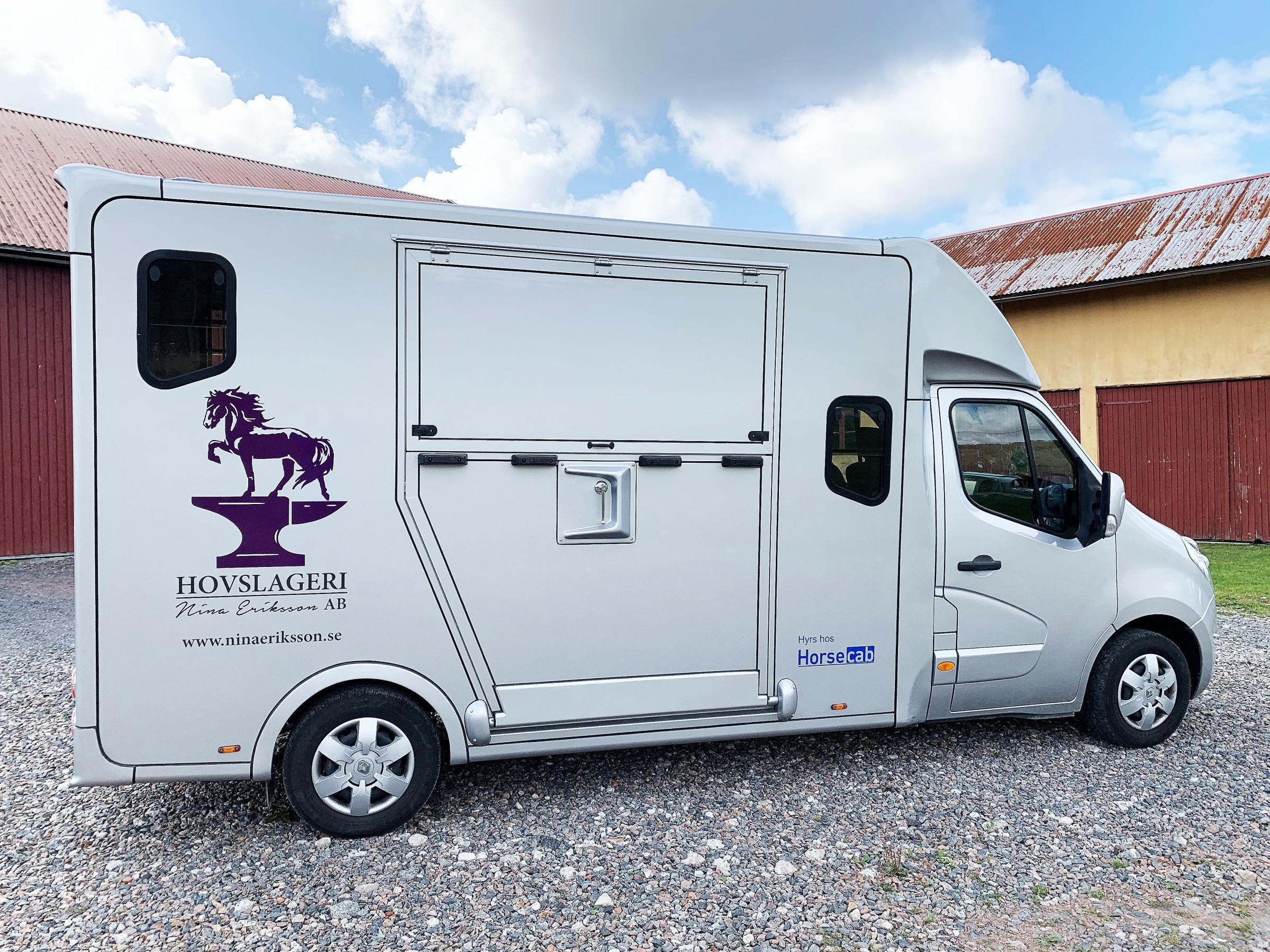 Femsitsig hästlastbil som får lasta 730 kg.
