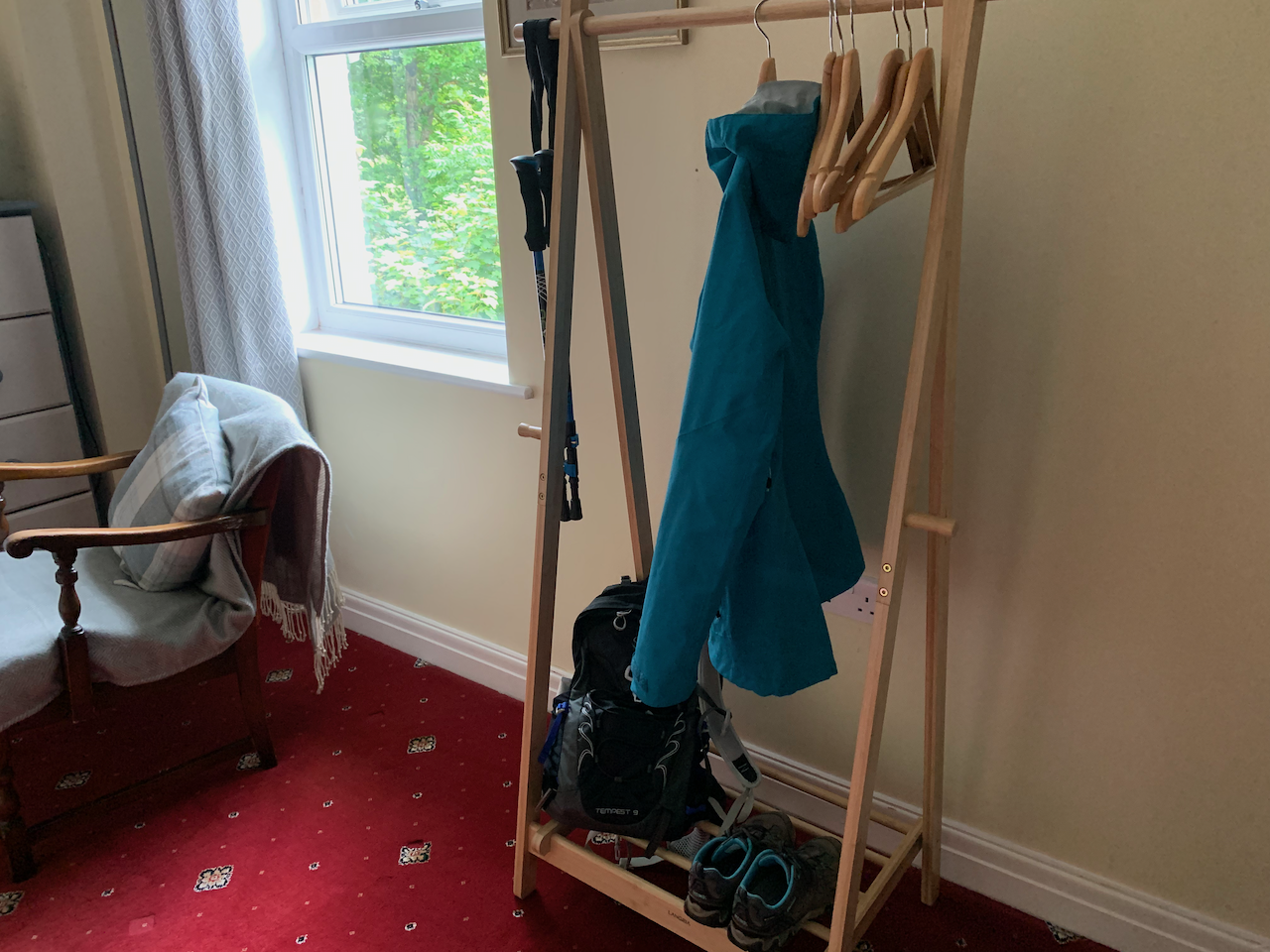 Practical hanging and shoe rail