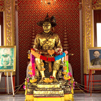 Crop 200 king taksin shrine 01