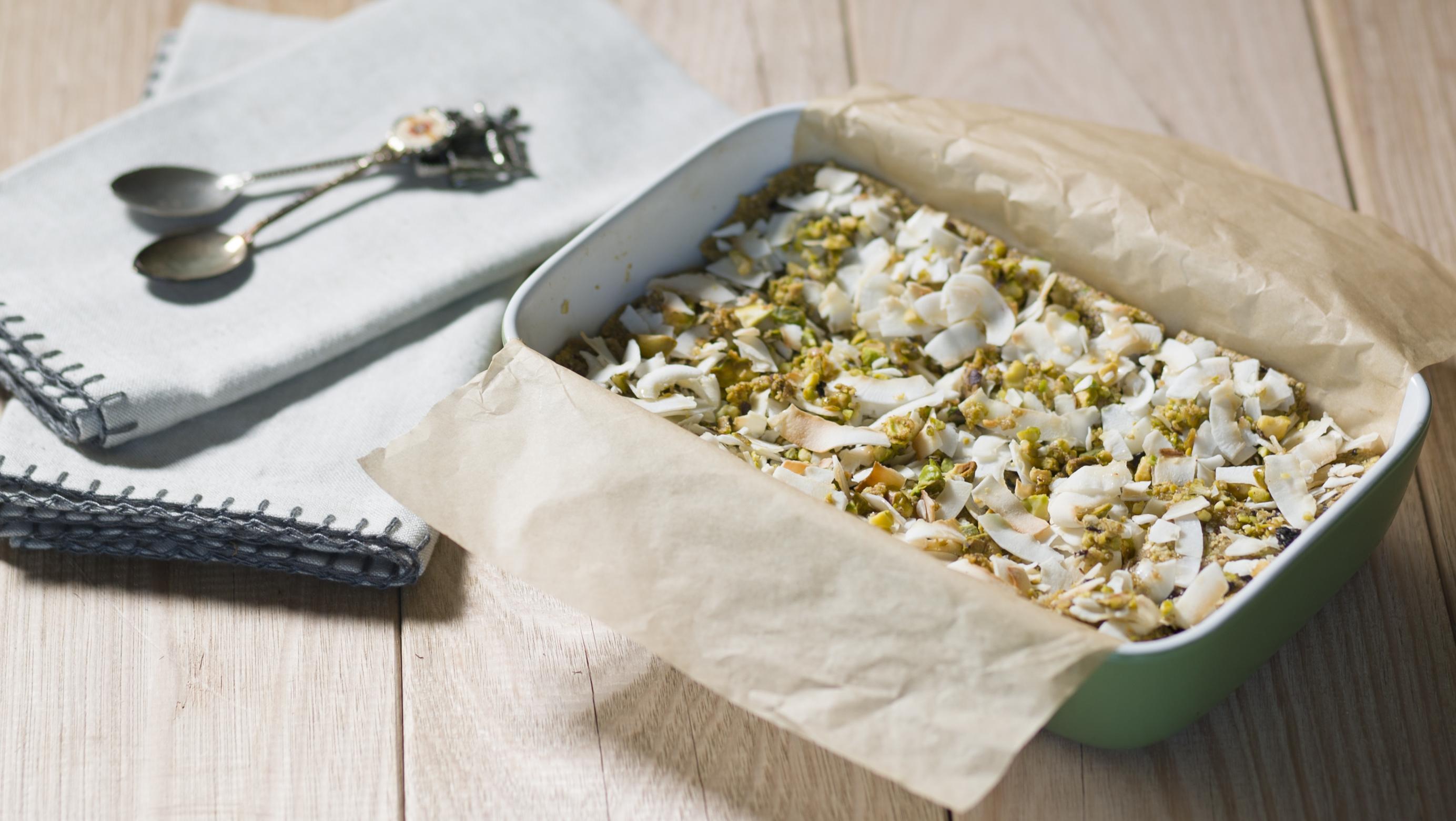 Pistachio and quinoa flakes breakfast bars
