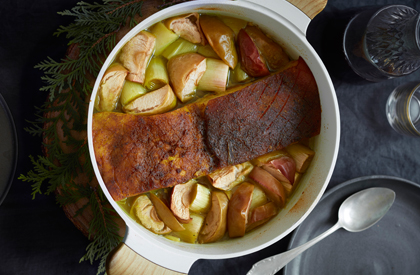 Photo de la recette de Flanc de porc rôti au cari, aux pommes et aux poireaux