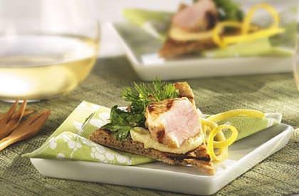 Photo de la recette de Cubes de porc sur chip de pita et salade d'herbes fraîches