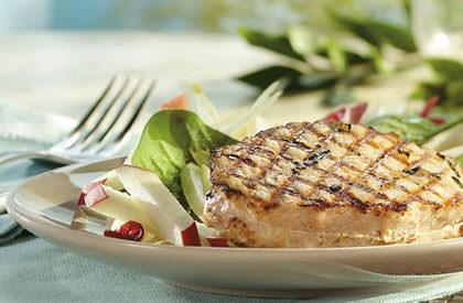 Photo de la recette de Médaillons de porc grillés, salade de pommes et endives à l'érable