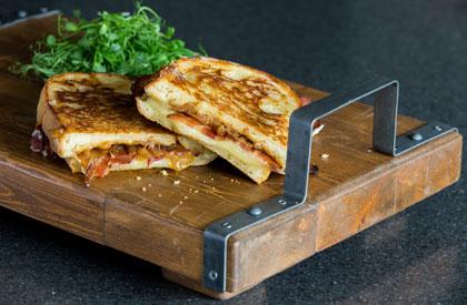Photo de la recette de Grilled cheese, bacon, oignons caramélisés et gouda fumé