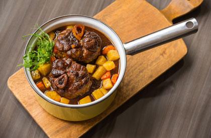 Photo de la recette de Osso buco de porc du Québec, sauce au caribou et légumes-racines