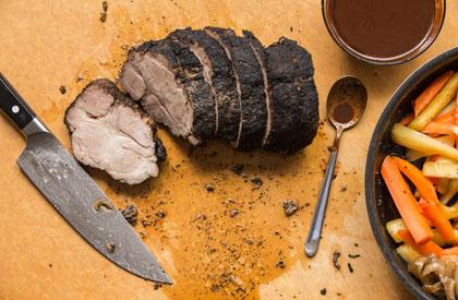 Photo de la recette de Rôti d'échine de porc au café, poivre long et sauce au chocolat pimentée
