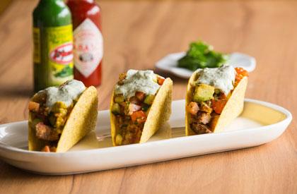 Photo de la recette de Tacos d'échine de porc, salsa de bacon et trempette de jalapenos