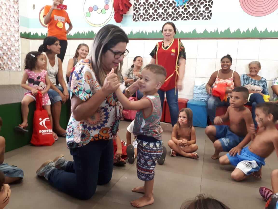 A colaboradora Marilene Gomes com as crianças no Iprede