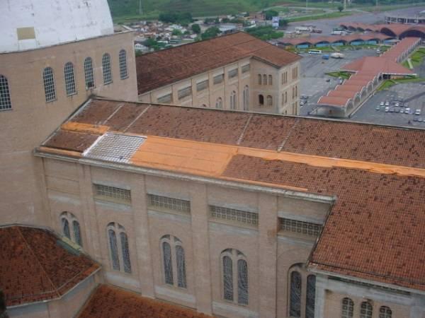 Início da colocação das telhas azuis