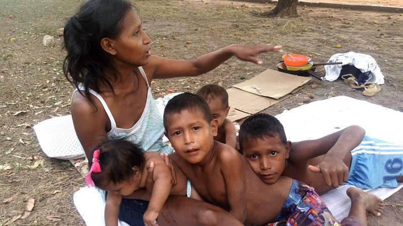 Mãe warao Mardelia Rattia com seus filhos na Praça em Boa Vista.