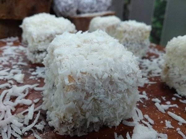 Prepare um bolo gelado de coco com ameixa
