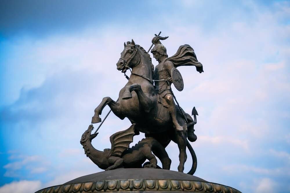 Monumento a São Jorge na Praça Manezh, em Moscou, Rússia.