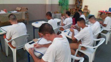 Detentos do CDP de Caraguatatuba aprendem a fazer tapetes
