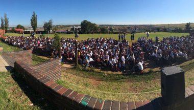 Universal ensina a 90 mil estudantes sul-africanos que vício tem cura