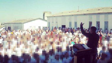 Detentos de Campinas reformam a quadra esportiva do presídio com material doado