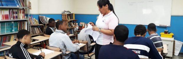 Voluntários ensinam jovens em medida socioeducativa a ler e escrever