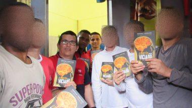 Grupo entrega literatura cristã aos presos de São Sepé, no Rio Grande do Sul