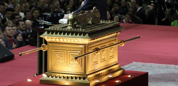 Dentro dela havia as tábuas da Lei, que representavam a Palavra de Deus