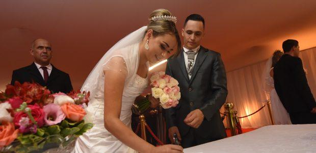 No local, 320 casais assumiram o compromisso no altar