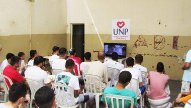 """Detentos de Inhumas, em Goiás, assistem ao filme """"Nada a Perder"""""""