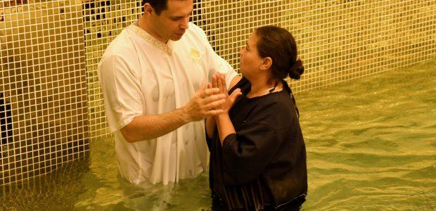 Homens e mulheres tiveram a oportunidade deixar seus pecados nas águas.