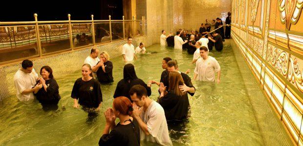 Mais 400 pessoas desceram às águas, no Templo
