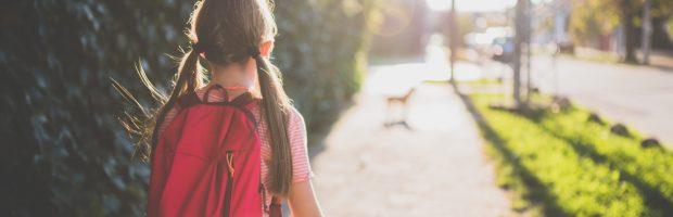 Pai obriga sua filha a andar oito quilômetros