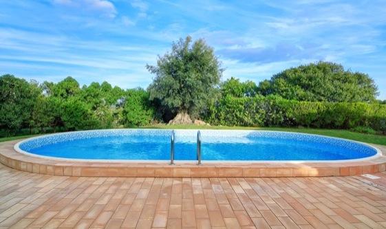 Qual a semelhança entre uma amante e uma piscina?