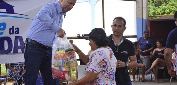 Além de toda assistência, os favorecidos também receberam cestas básicas