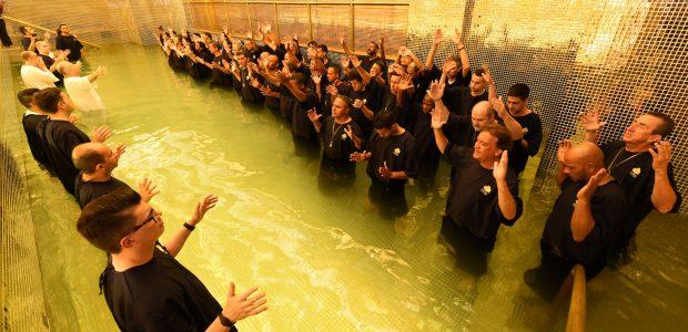 Desde às 17h Bispos e Pastores estavam preparados para batizar as pessoas que desejavam se entregar a Jesus, antes do ano acabar