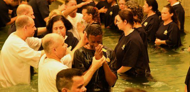 Ao todo foram 489 pessoas batizadas