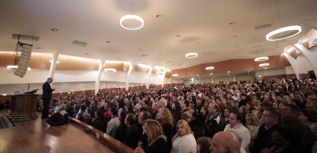 Com casa cheia de pessoas que desejavam encerrar o ano na presença de Deus
