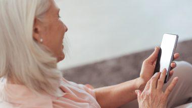 Curso gratuito ensina idoso a usar smartphone e rede social