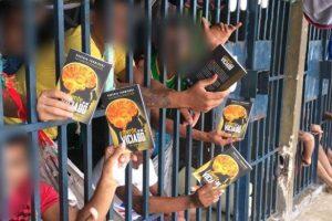 UNP do Piauí promove batismos e doa centenas de livros aos apenados
