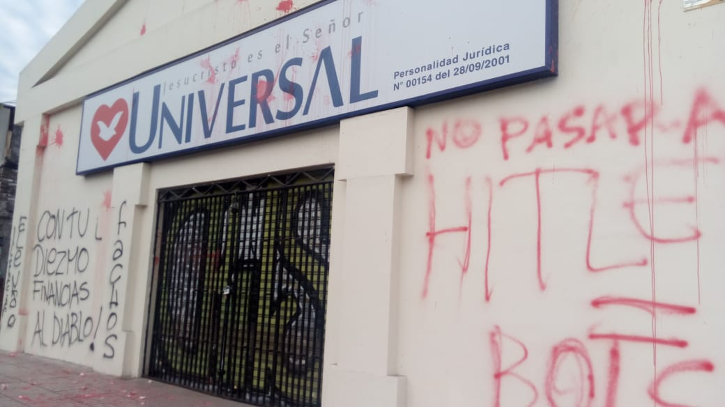 Universal do Chile é pichada por militantes de esquerda contra Bolsonaro