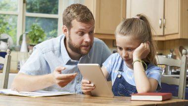 Controlar o tempo das crianças em frente aos aparelhos eletrônicos aumenta o vício