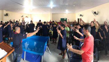 Detentos se batizam nas águas em cerimônia no Iapen do Amapá