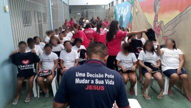 Detentas da Penitenciária de Teresina se batizam nas águas