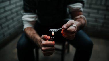 Mortes por suicídio e overdose fazem expectativa de vida cair nos EUA