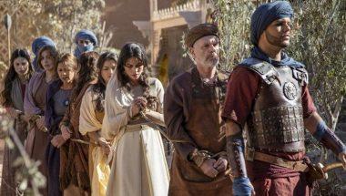 À procura de Baltazar, soldados invadem a casa de Micaías e prendem todos que lá estão