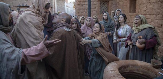 Israelitas vão até o portão do castelo e gritam por água e comida