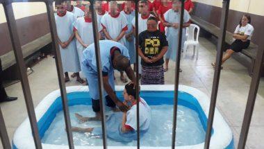 Cerimônia de batismo dá uma nova vida a detentos em Maceió