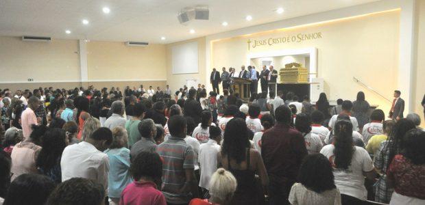 Oito Bispos foram chamados até o Altar para determinar a bênção