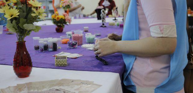 Curso de artesanato oferecido pelo projeto Escola de Mães